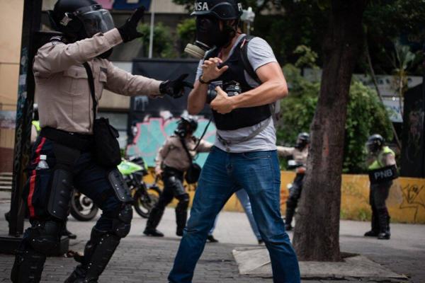 Periodistas celebran su día víctimas de agresiones, detenciones y falsos juicios